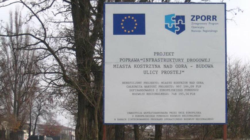 Zdjęcie tablicy informacyjnej o budowie drogi w ulicy Prostej