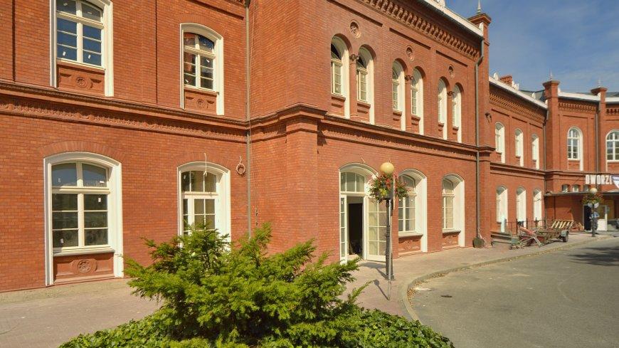 Na zdjęciu budynek ogrzewalni z zewnątrz - Dworzec PKP w Kostrzynie nad Odrą.