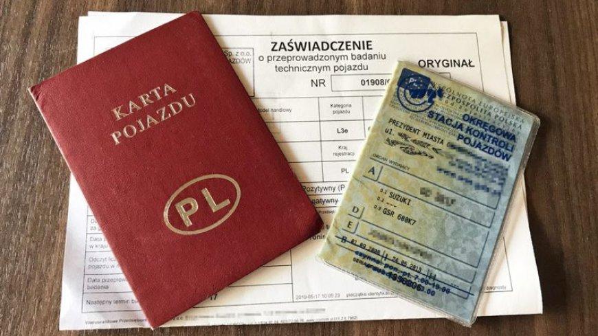 przykładowa grafika przedstawiająca leżące na biurku: kartę pojazdu, druk zaświadczenia i dowód rejestracyjny pojazdu