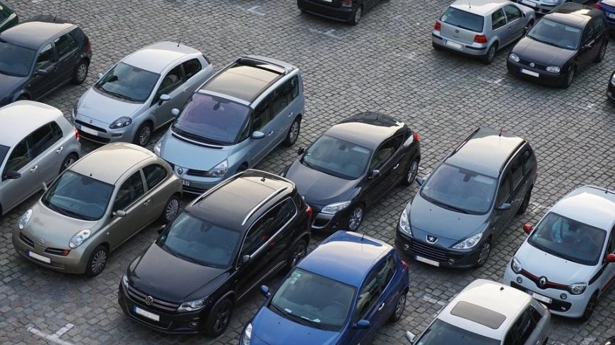 Samochody na parkingu.