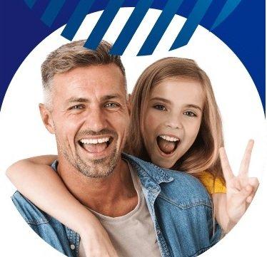 Zdjęcie dorosłego mężczyzny i dziewczynki, oboje uśmiechają się.