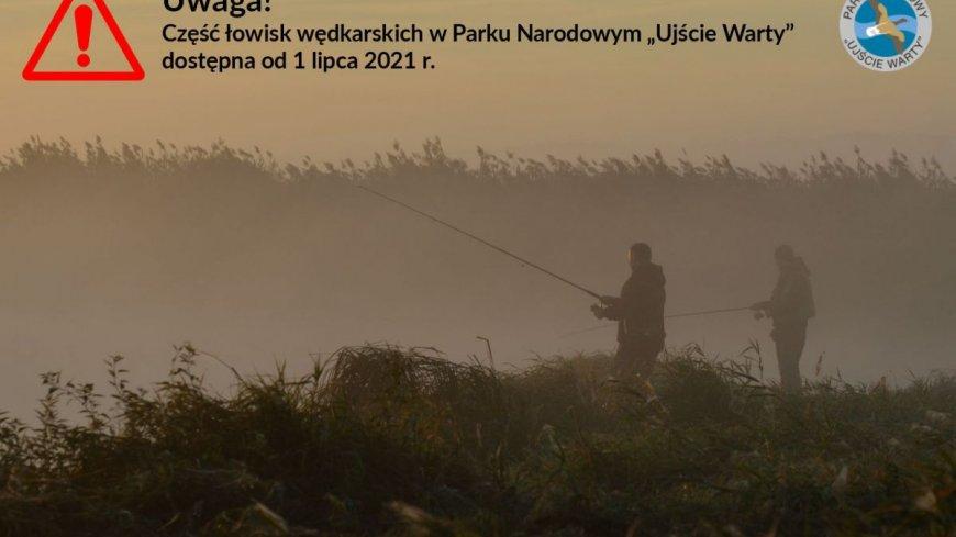 """Zdjęcie przedstawia dwóch rybach łowiących wędkami i znacznik ze znakiem zapytania oraz tekstem: Uwaga! Część łowisk wędkarskich w Parku Narodowym """"Ujście Warty"""" dostępna od 1 lipca 2021 r."""