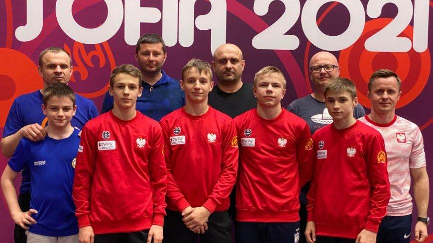 Na zdjęciu stojący zawodnicy oraz trenerzy i opiekunowie.