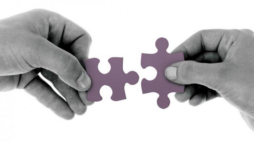 poglądowa grafika przedstawiająca dwie dłonie próbujące złożyć dwa puzle