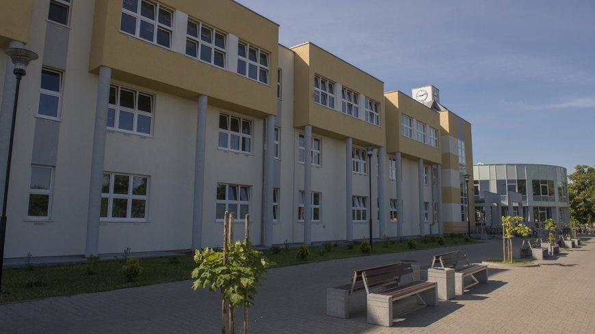 Zdjęcie przedstawia budynek Zespołu Szkół