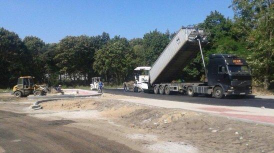 na zdjęciu prace drogowe - układanie nawierzchni asfaltowej