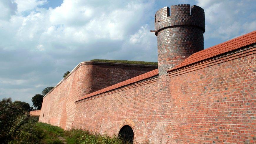 """na zdjęciu grodza wraz z mechanizmem piętrzącym oraz ozdobna wieżyczka zwana """"Mnichem"""","""