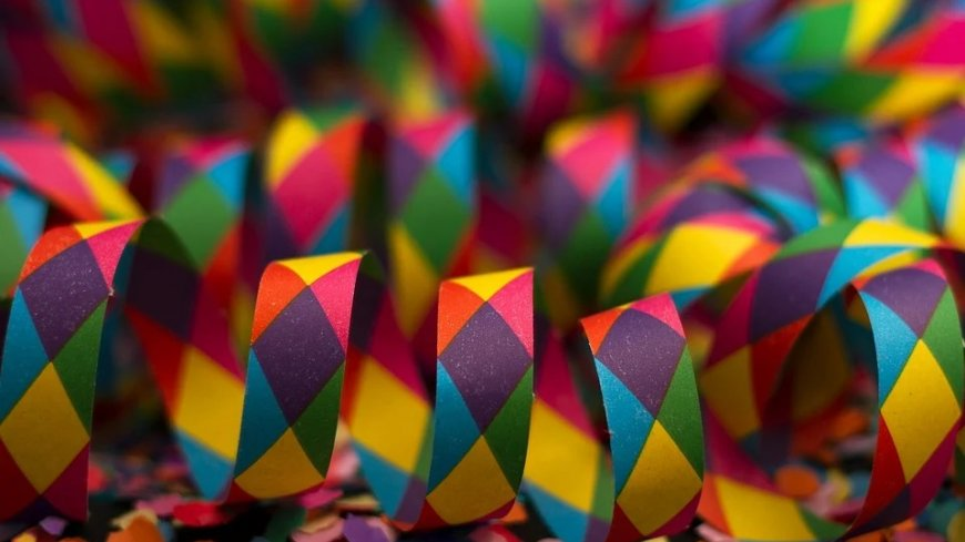 Kolorowe konfetti i wstążki.